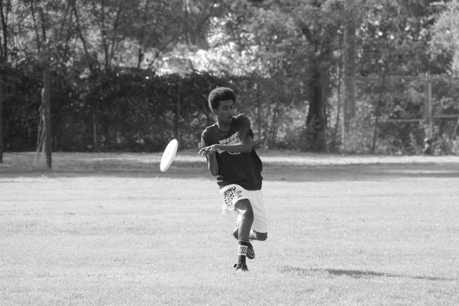 Freshman+Issac+Woldemariam+drops+a+catch+during+the+boys+Ultimate+Frisbee+team%E2%80%99s+match+against+West+Seattle+on+Sept.+12%2C+at+the+South+Park+Community+Center.+